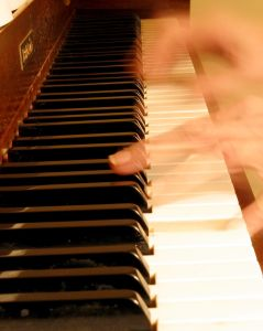 Learn to play piano in lessons and instruction